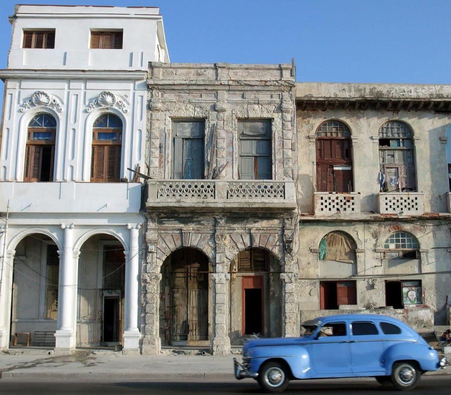 La imagen muestra un carro antigua en las calles de La Habana. (EFE) (semisquare-x3)