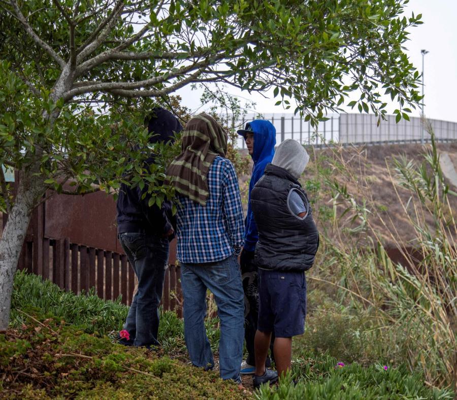 Integrantes de la caravana migrante de centroamericanos recorren el muro fronterizo hoy en la ciudad de Tijuana (México) (semisquare-x3)
