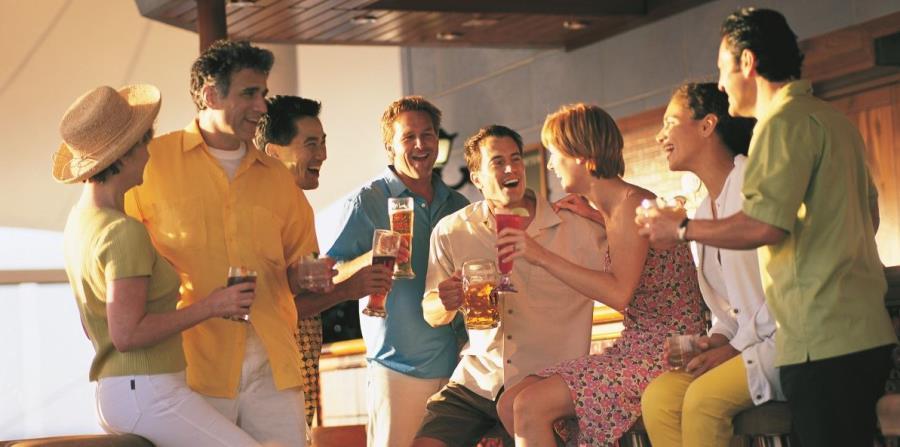 Grupo de personas tomando en crucero (horizontal-x3)