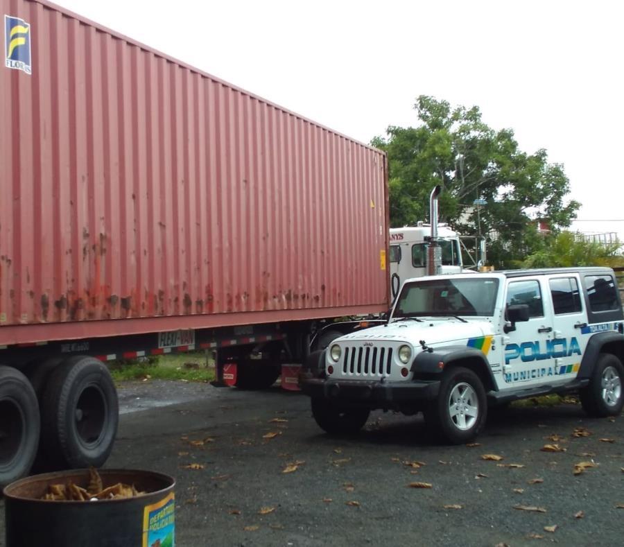 La Policía Municipal de Toa Alta intervino con un individuo que supuestamente intentó hurtar uno de los vagones llenos de suministros para los damnificados del huracán María. (GFR Media) (semisquare-x3)