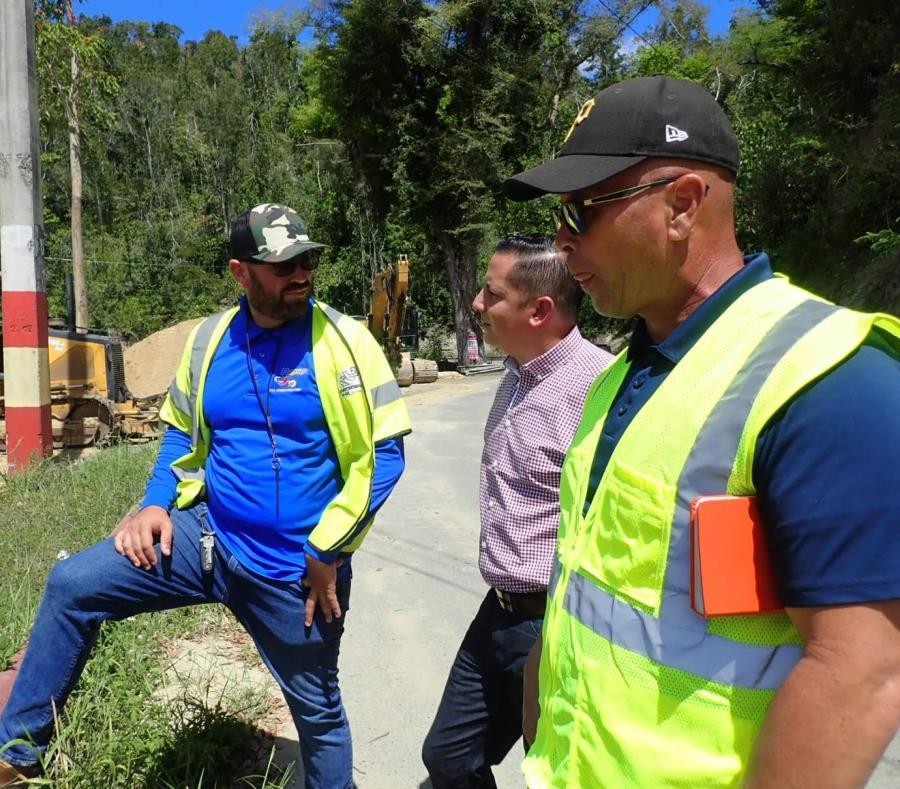 """El alcalde Clemente """"Chito"""" Agosto visitó la zona en la tarde de ayer para inspeccionar los trabajos. (Suministrada) (semisquare-x3)"""