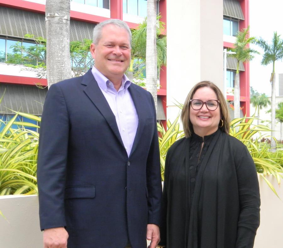 Kerry Ingalls, vicepresidente de Operaciones de Amgen, junto a la directora de Recursos Humanos, Diana Flores. (Suministrada) (semisquare-x3)