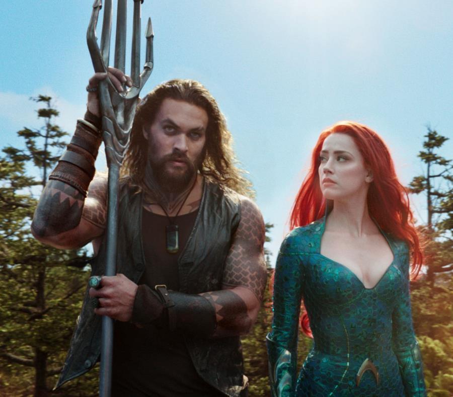 Esta imagen publicada por Warner Bros. Pictures muestra a Jason Momoa, a la izquierda, y Amber Heard, en una escena de