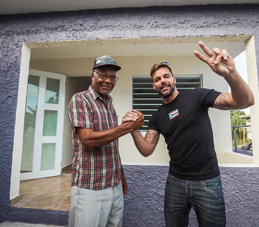 Ricky estuvo estos días entregando ayuda a uno de los damnificados por el huracán María.  (Suministrada) (semisquare-x3)