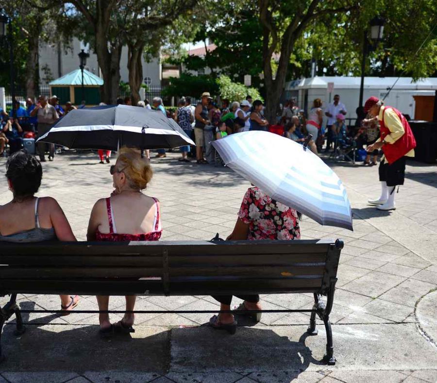 Un grupo de personas observa, durante un día soleado, el espectáculo de un payaso en el Paseo de la Princesa. (GFR Media) (semisquare-x3)