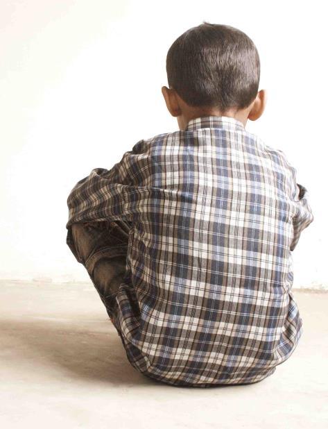 Los abogados dicen que un video de vigilancia de la escuela muestra el momento en que otro chico lo avienta contra la pared. (vertical-x1)