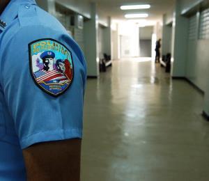 Arrestan al comisionado de la Policía de Yauco por violencia de género