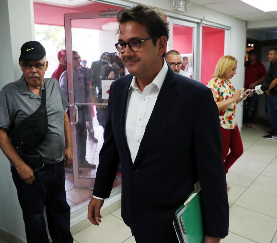 Roberto Prats en su llegada ayer a la sede del PPD para la reunión de la Junta de Gobierno de la colectividad. (semisquare-x3)