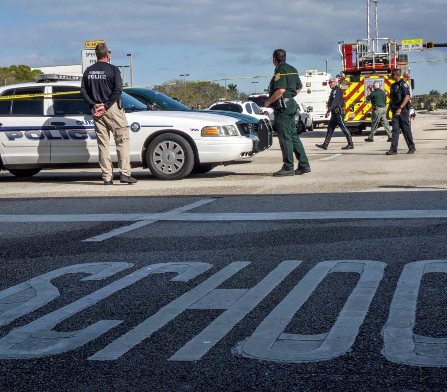 Varios policías vigilan frente a la escuela de secundaria Marjory Stoneman Douglas de la ciudad de Parkland el año pasado. (GFR Media) (semisquare-x3)