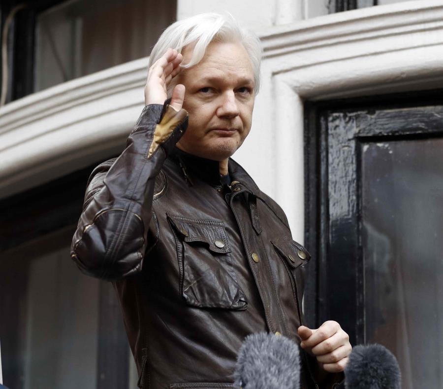 En esta imagen de archivo, tomada el 19 de mayo de 2017, el fundador de WikiLeaks, Julian Assange, saluda a sus seguidores desde un balcón de la embajada de Ecuador en Londres. (semisquare-x3)