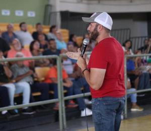 """El alcalde de Yauco entrega """"vouchers"""" de $800 a familias afectadas por el terremoto"""