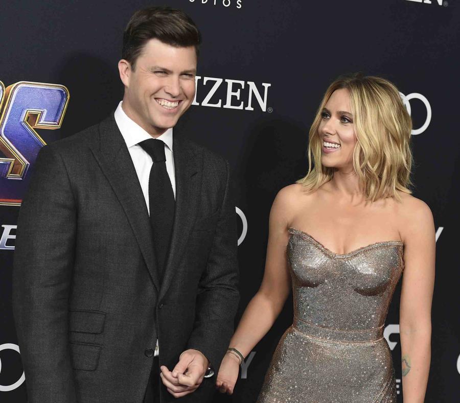 Colin Jost y Scarlett Johansson llegan al estreno de