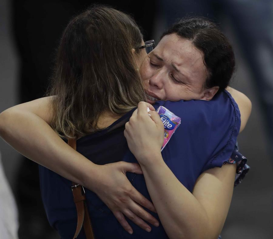 Familiares de las víctimas del tiroteo en Brasil. (AP) (semisquare-x3)