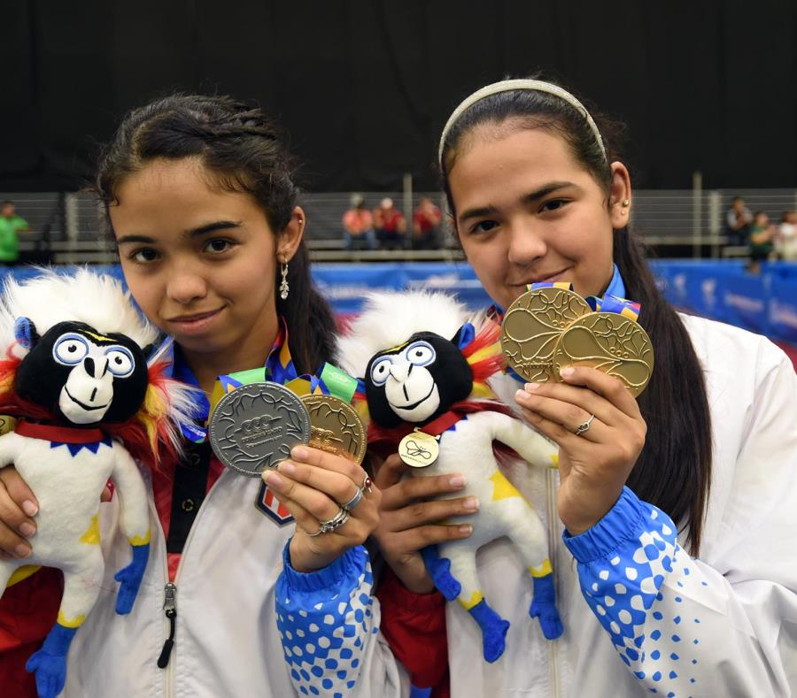Melanie y Adriana Díaz (derecha), aquí con sus preseas conquistadas en Barranquilla. (semisquare-x3)