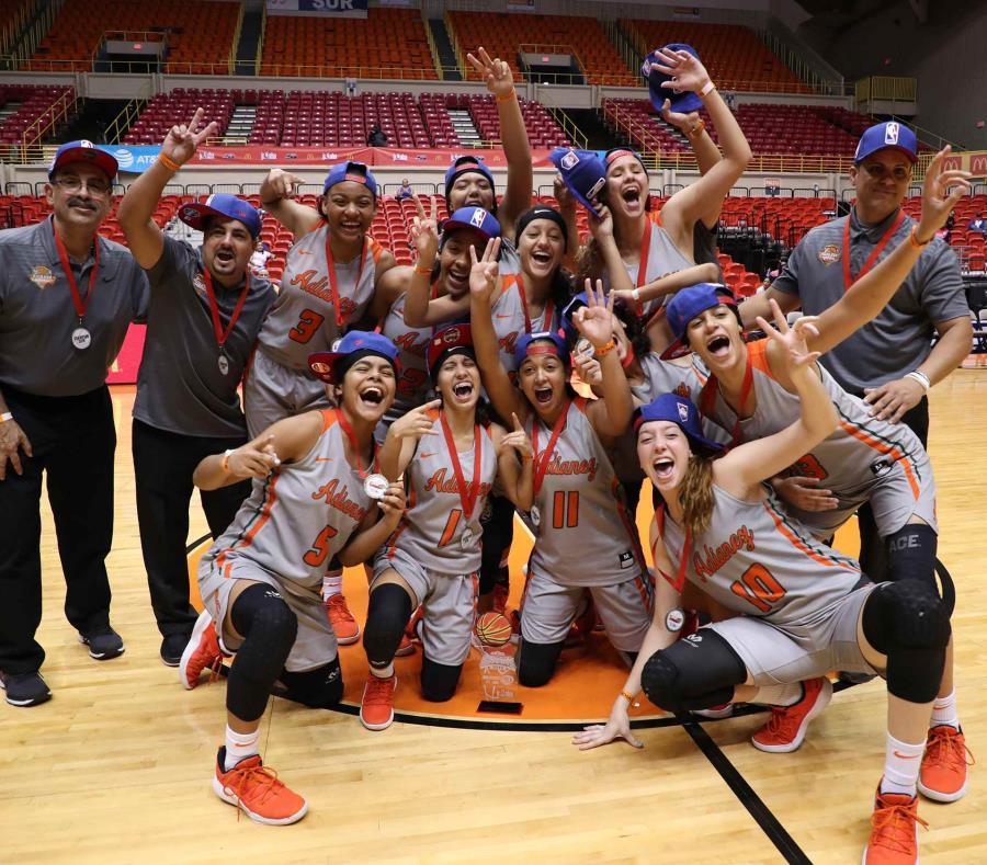 Las jugadoras de Adianez celebran su título en el tabloncillo. (juan.martinez@gfrmedia.com) (semisquare-x3)