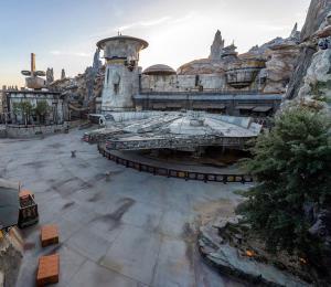 Disneyland retrasa su fecha de reapertura