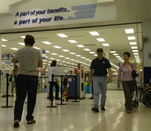 Hacienda enmendará el reglamento para evitar reventa de productos de tiendas militares sin IVU