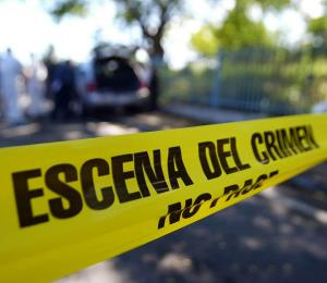 Hallan el cuerpo baleado de un hombre a orillas de una carretera en Arecibo