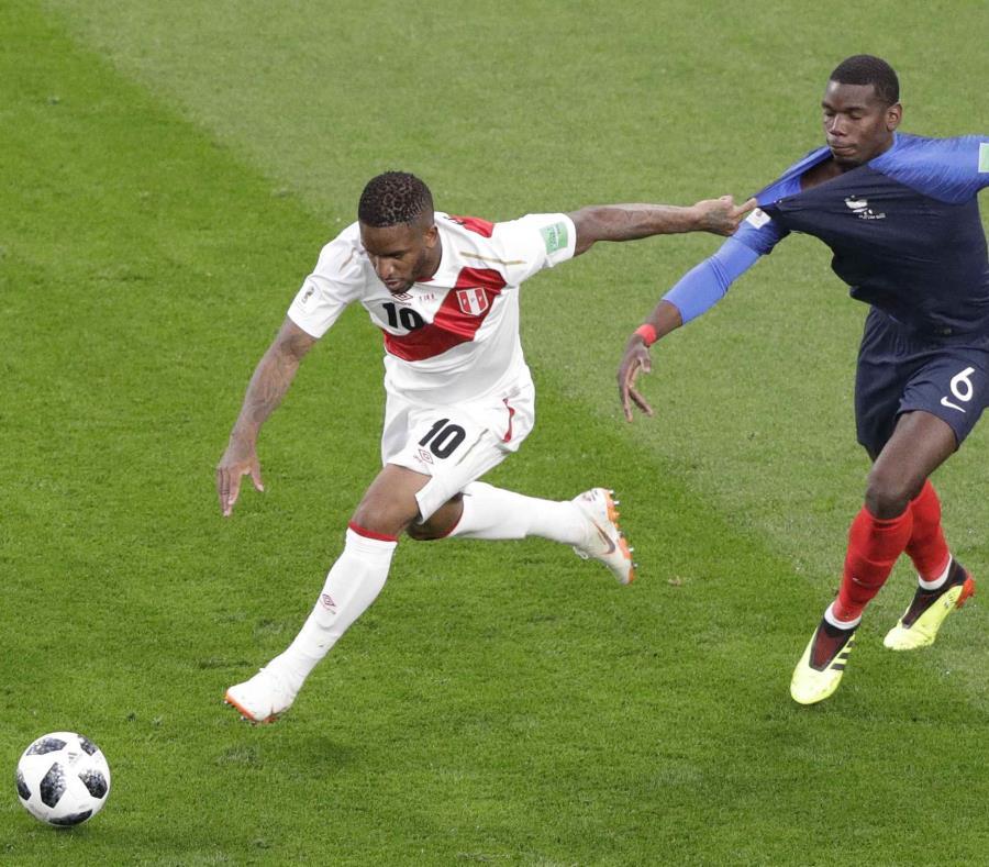 El peruano Jefferson Farfán y el francés Paul Pogba disputan un balón durante el duelo del Grupo C del Mundial 2018 entre Francia y Perú en la Arena Ekaterimburgo. (AP) (semisquare-x3)