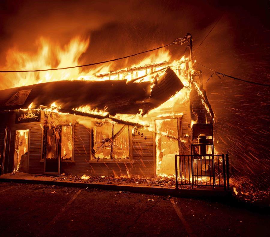 El incendio consume una tienda en California. (AP) (semisquare-x3)