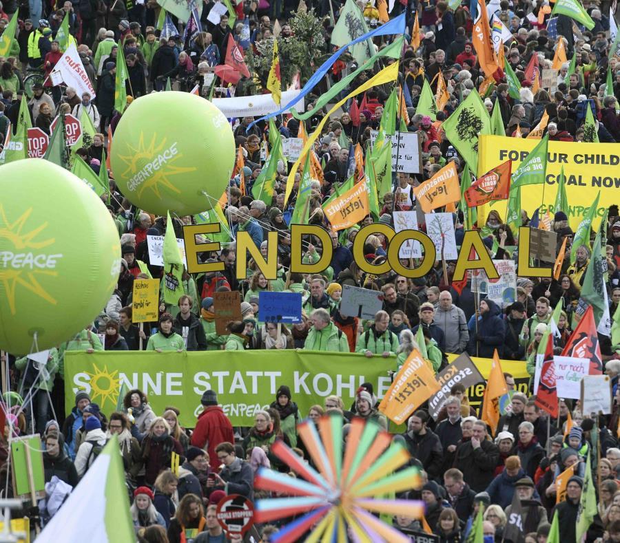 Una multitud marcha exigiendo más acciones para combatir el cambio climático, en Colonia, Alemania. (Henning Kaiser / dpa vía AP) (semisquare-x3)