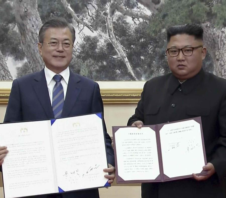 El presidente de Corea del Sur, Moon Jae-in, y el líder norcoreano Kim Jong Un posan tras la firma de documentos luego de una cumbre en Pyongyang, Corea del Norte. (AP) (semisquare-x3)