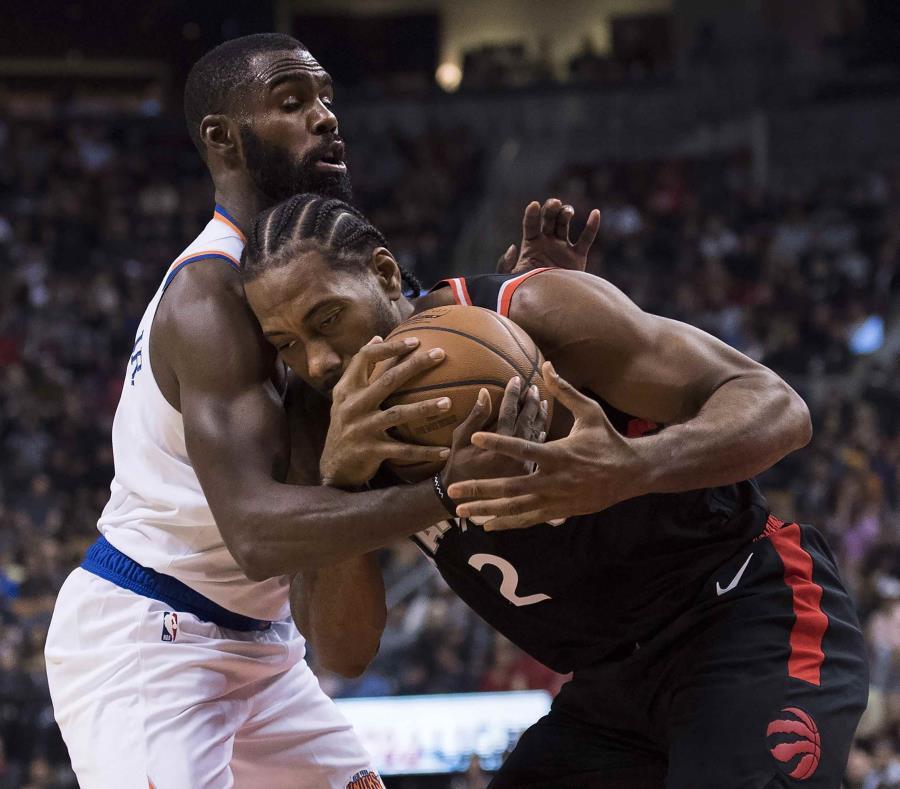 Kawhi Leonard (2) de los Raptors de Toronto pugna un balón con Tim Hardaway Jr. (3) de los Knicks de Nueva York en el partido de la NBA. (AP) (semisquare-x3)