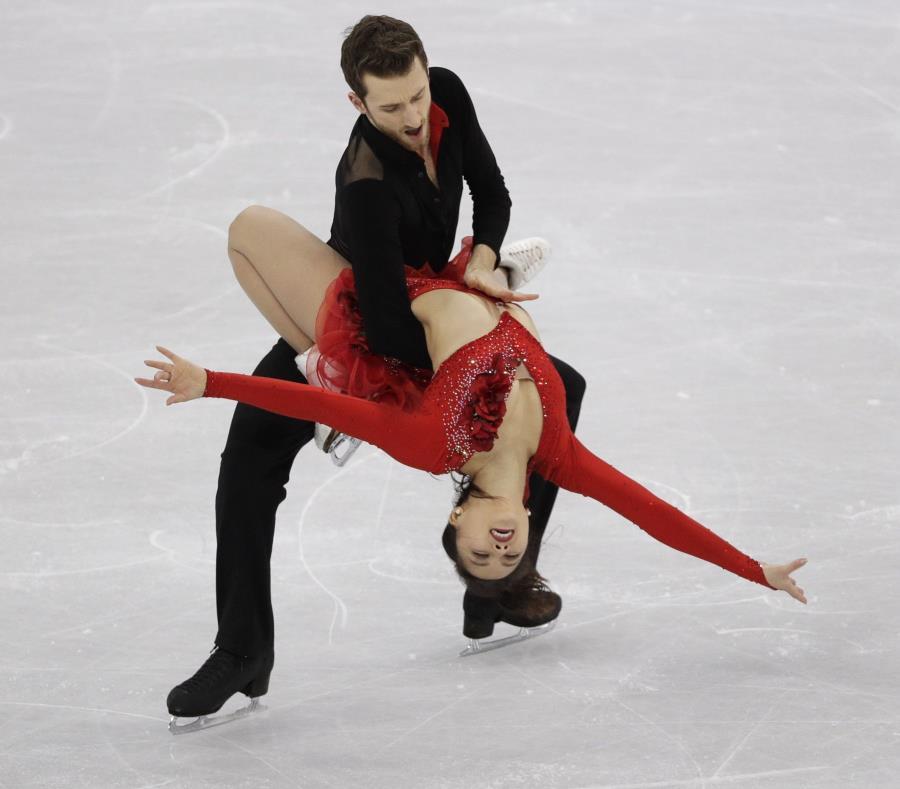 Los surcoreanos Yura Min y Alexander Gamelin realizan su rutina de danza en hielo, durante el evento de patinaje artístico por equipos, en Gangneung, Corea del Sur (semisquare-x3)