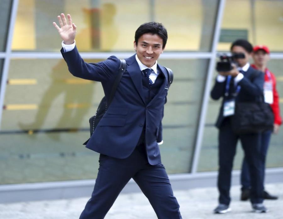 El jugador Makoto Hasebe, de madre peruana, saluda al llegar al aeropuerto de Kazan. (semisquare-x3)