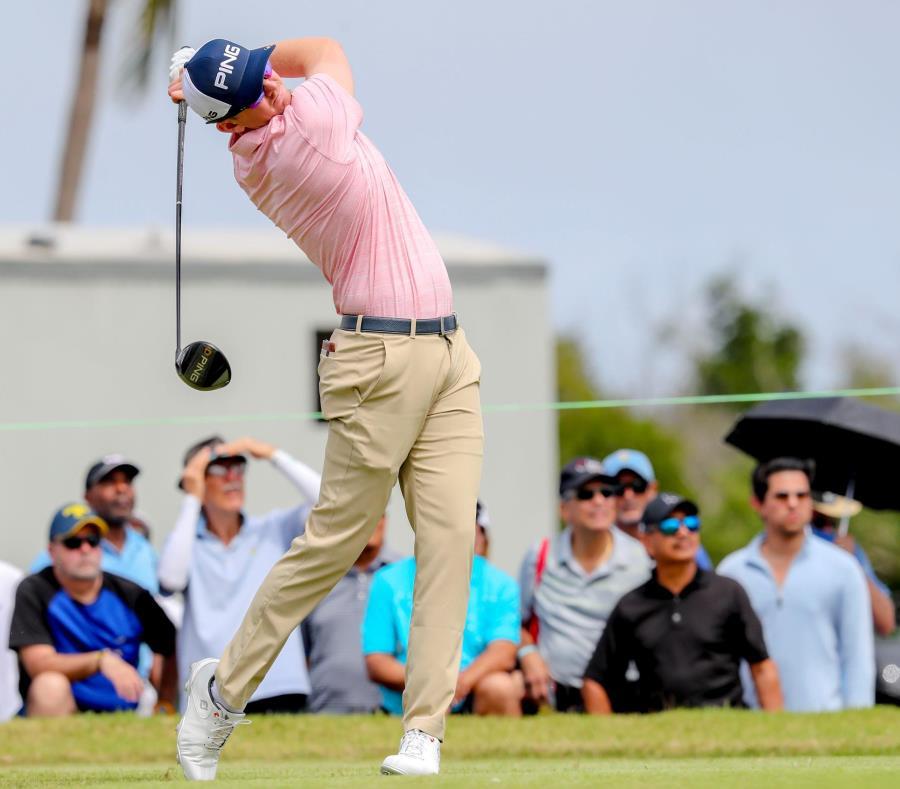 El golfista Jim Knous, arriba, participa ayer en el penúltimo  día del Puerto Rico Open que se celebra en el  Golf Club en Río Grande. (semisquare-x3)