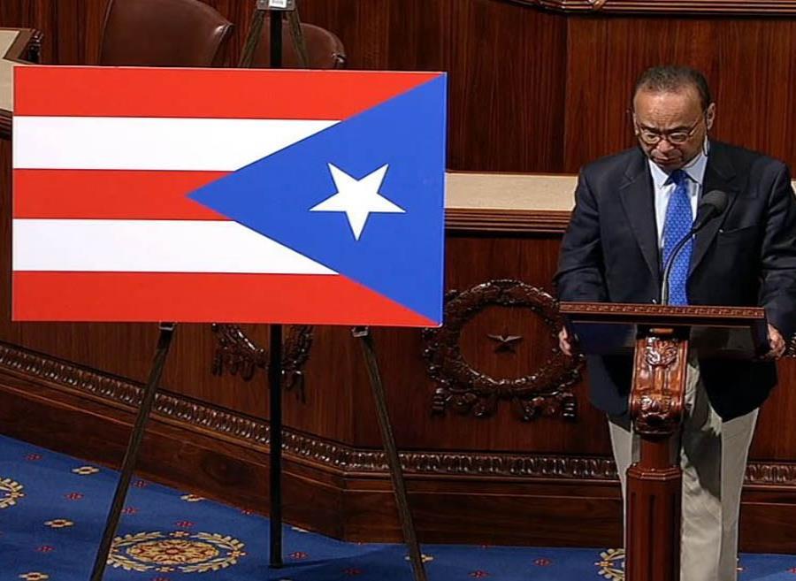 Gutiérrez junto a la bandera de Puerto Rico mal colocada en hemiciclo de la Cámara baja federal. (Captura YouTube) (semisquare-x3)