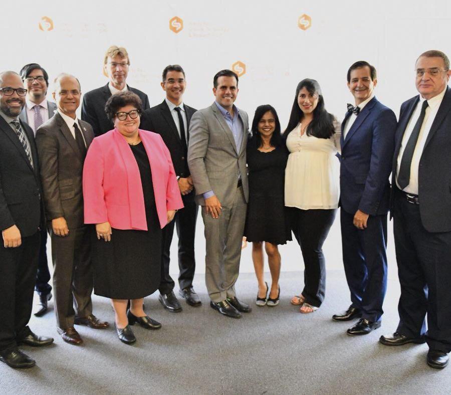 El gobernador, al centro, con parte del equipo de la farmacéutica y el fideicomiso. (Suministrada) (semisquare-x3)