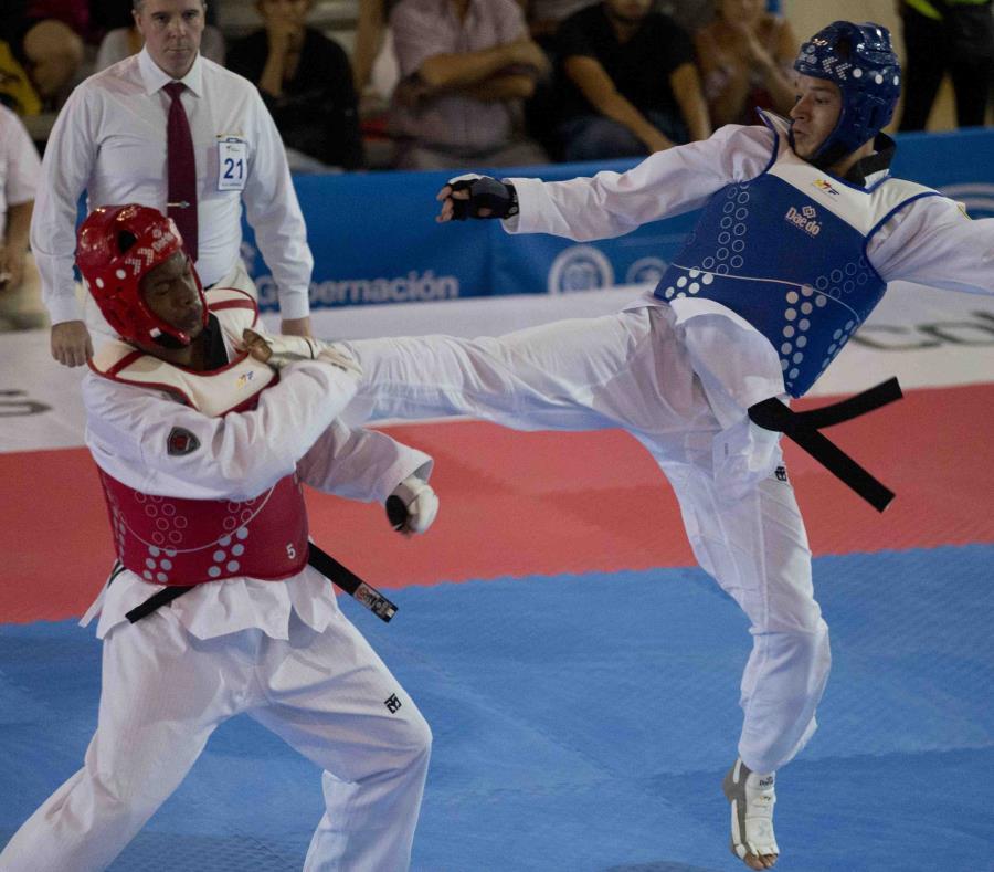 El boricua Luis Álvarez (der.) aseguró medalla de bronce al imponerse al curazaleño Theodore Heyliger. (semisquare-x3)