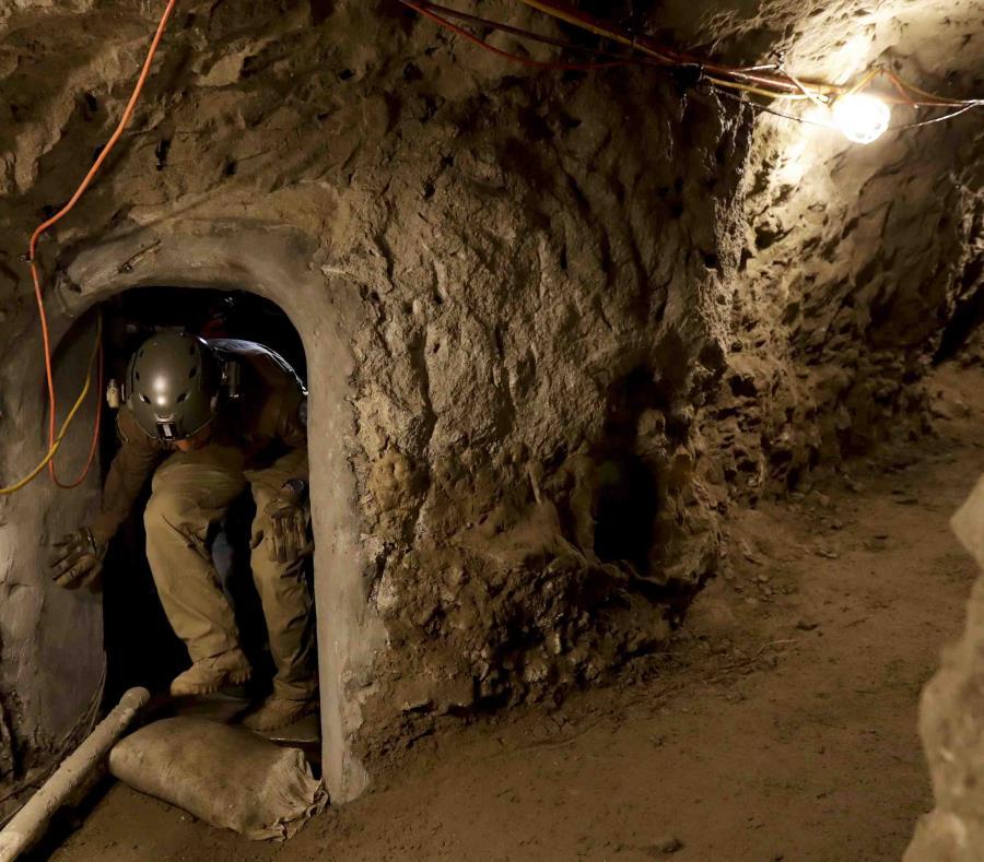 En esta fotografía del 6 de marzo de 2017 un miembro de la Patrulla Fronteriza entra a un túnel que va entre San Diego y Tijuana, México. (AP) (semisquare-x3)