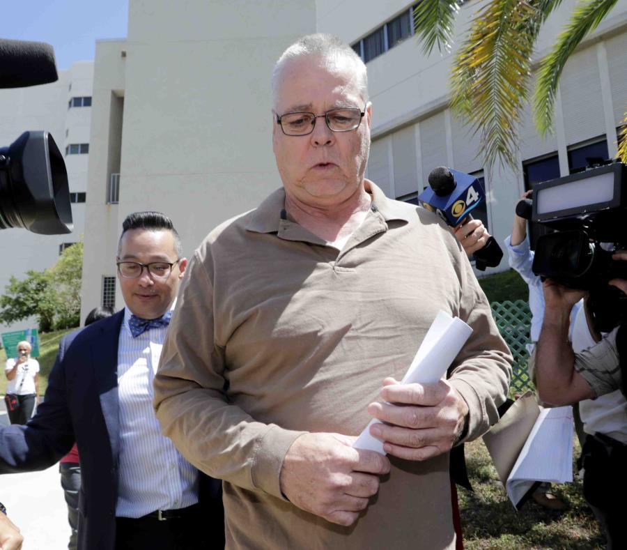 Scot Peterson, en primer plano, declinó contestar preguntas de los medios de comunicación a su salida de la cárcel. (AP / Lynne Sladky) (semisquare-x3)