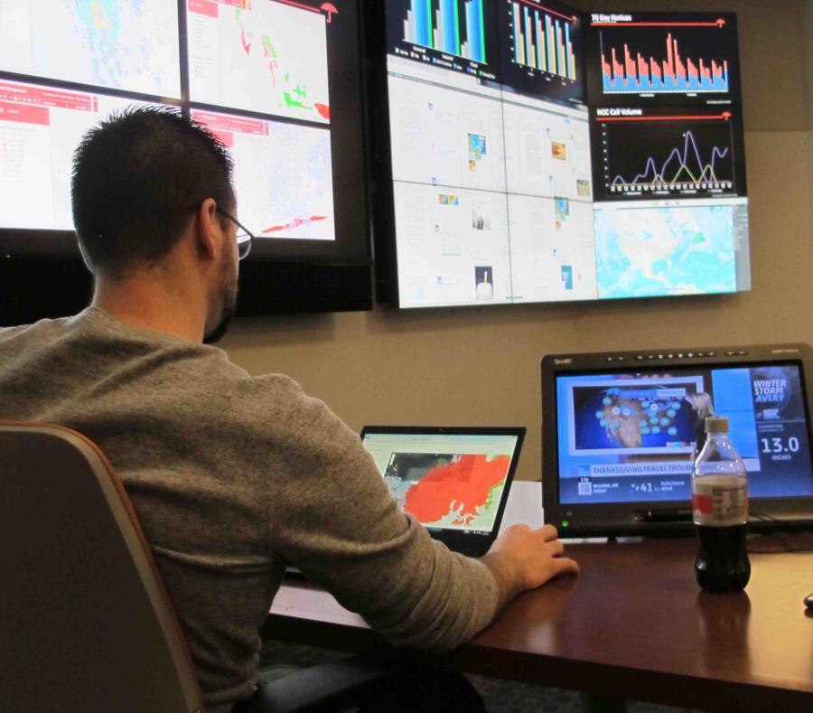 En esta foto del 16 de noviembre de 2018, Joe Balog, director administrativo d epersonal en Travelers, examina datos meteorológicos, de medios sociales y otros sobre desastres naturales recientes en el centro de comando de respuestas de la compañía en Win (semisquare-x3)
