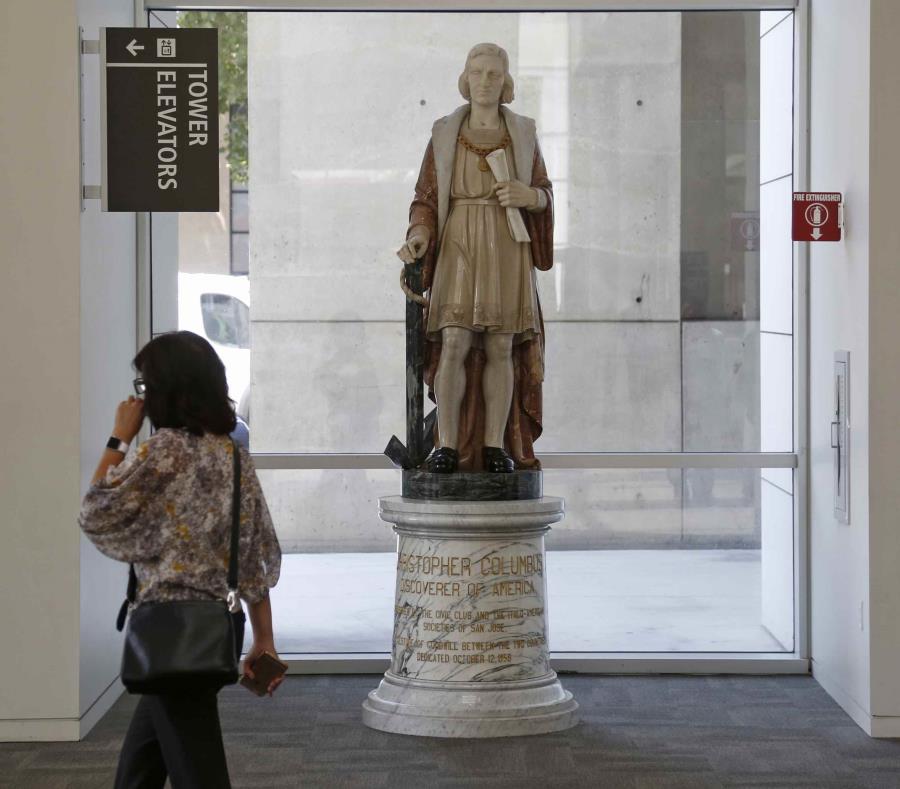 La estatua de Cristobal Colón en la alcaldía de San José. (AP) (semisquare-x3)