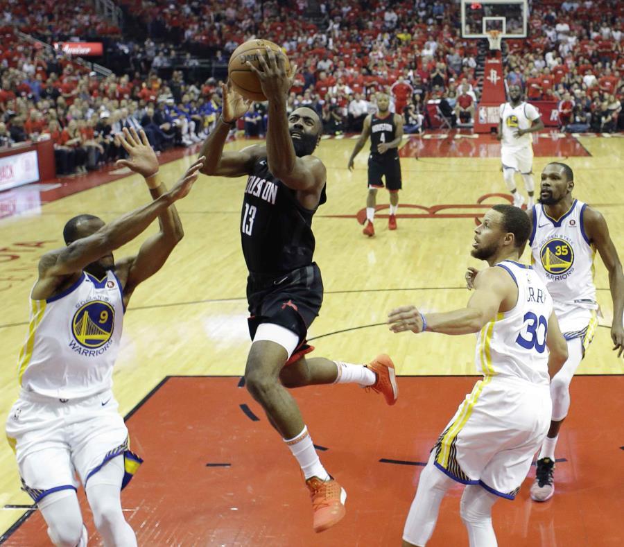 James Harden, de los Rockets de Houston, salta hacia la cesta entre Andre Iguodala (9), Stephen Curry (30) y Kevin Durant, en el segundo partido de la final de la Conferencia del Oeste. (AP) (semisquare-x3)