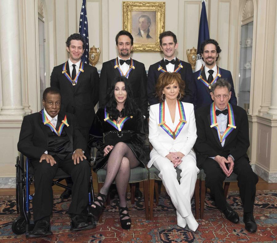 Abajo, de izquierda a derecha: Wayne Shorter, Cher, Reba McEntire y Philip Glass. Atrás, de izquierda a derecha: Los co-creadores del musical