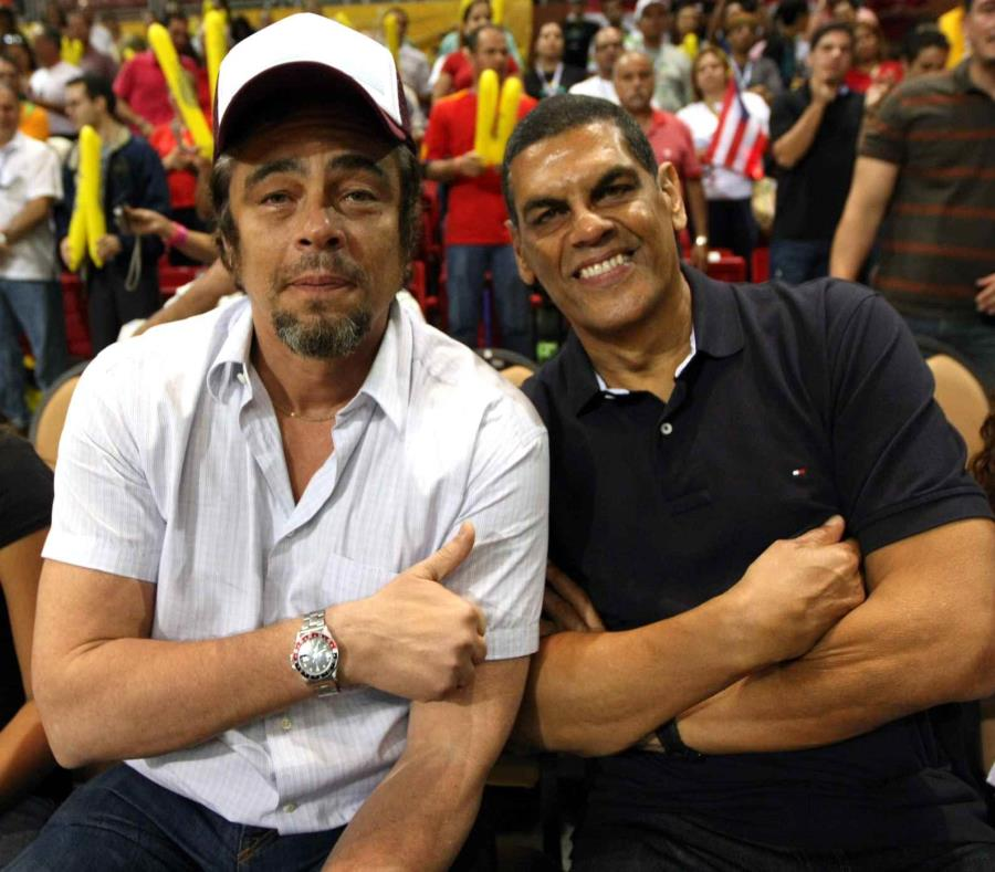 Benicio del Toro (izq.) comparte con el exbaloncelista Raymond Dalmau durante un partido en el coliseo de Quebradillas que lleva el nombre del exatleta. (EFE / Clemens Bilan) (semisquare-x3)
