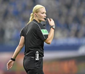 Mujer árbitro en Alemania quiere que otras sigan su ejemplo