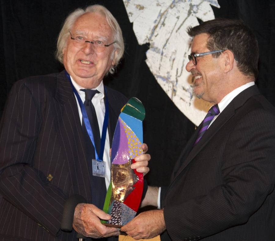 El arquitecto estadounidense Richard Meier (izquierda) recibe el premio internacional de la Fundación Gabarrón en el 2013. (Agencia EFE) (semisquare-x3)