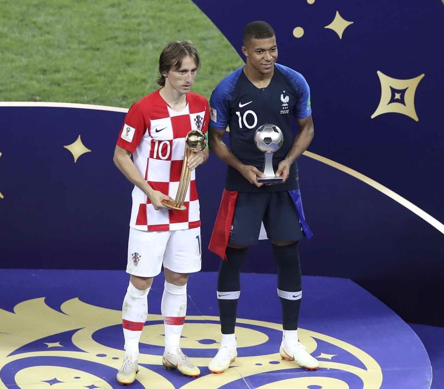 El croata Luka Modric y el francés Kylian Mbappé (derecha) posan con sus trofeos individuales que recibieron tras la final del Mundial en el estadio Luzhniki de Moscú. (AP) (semisquare-x3)