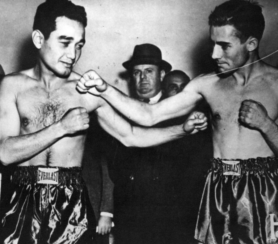 Sixto Escobar y Harry Jeffra posan antes de una de las cinco peleas que ambos protagonizaron.  (Foto del Sistema de Bibliotecas de la Universidad de Puerto Rico) (semisquare-x3)