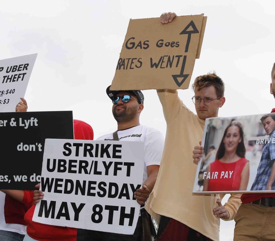 Conductores de ambas empresas protestan por salarios decrecientes. (AP) (semisquare-x3)