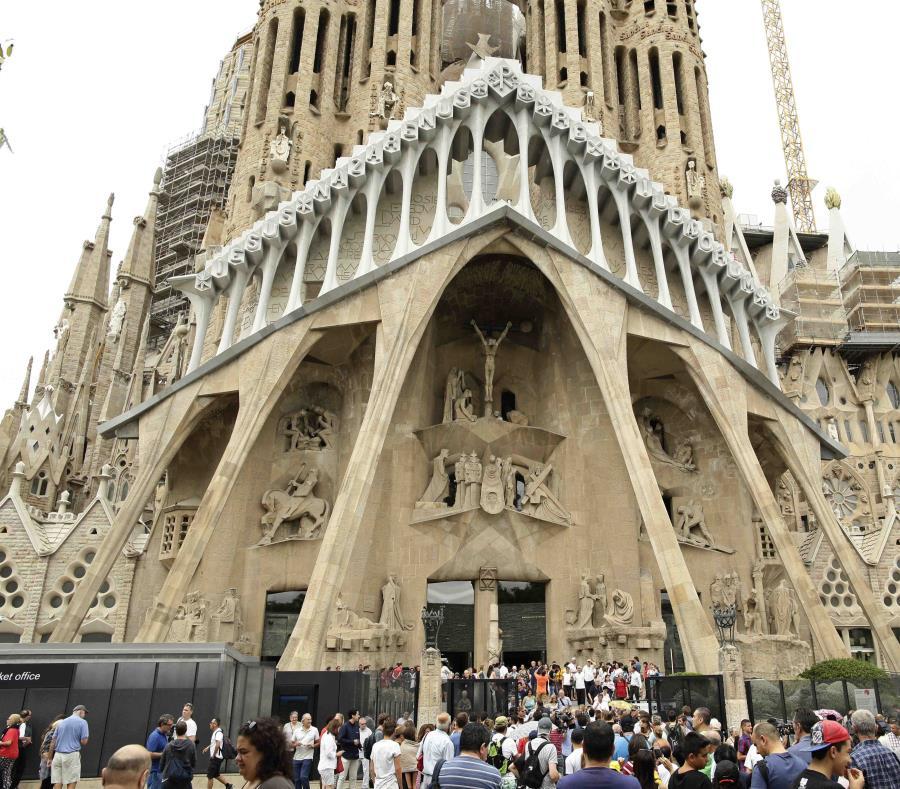 En esta fotografía de archivo del domingo 20 de agosto de 2017, varios dignatarios salen después de una misa en la Basílica de la Sagrada Familia de Barcelona en memoria a las víctimas de los atentados terroristas, en Barcelona, España. (AP) (semisquare-x3)