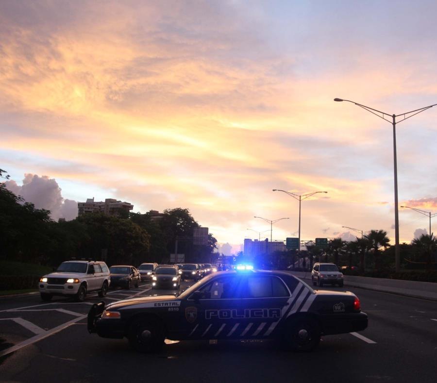 Una patrulla de la Policía detiene el tránsito. (GFR Media) (semisquare-x3)