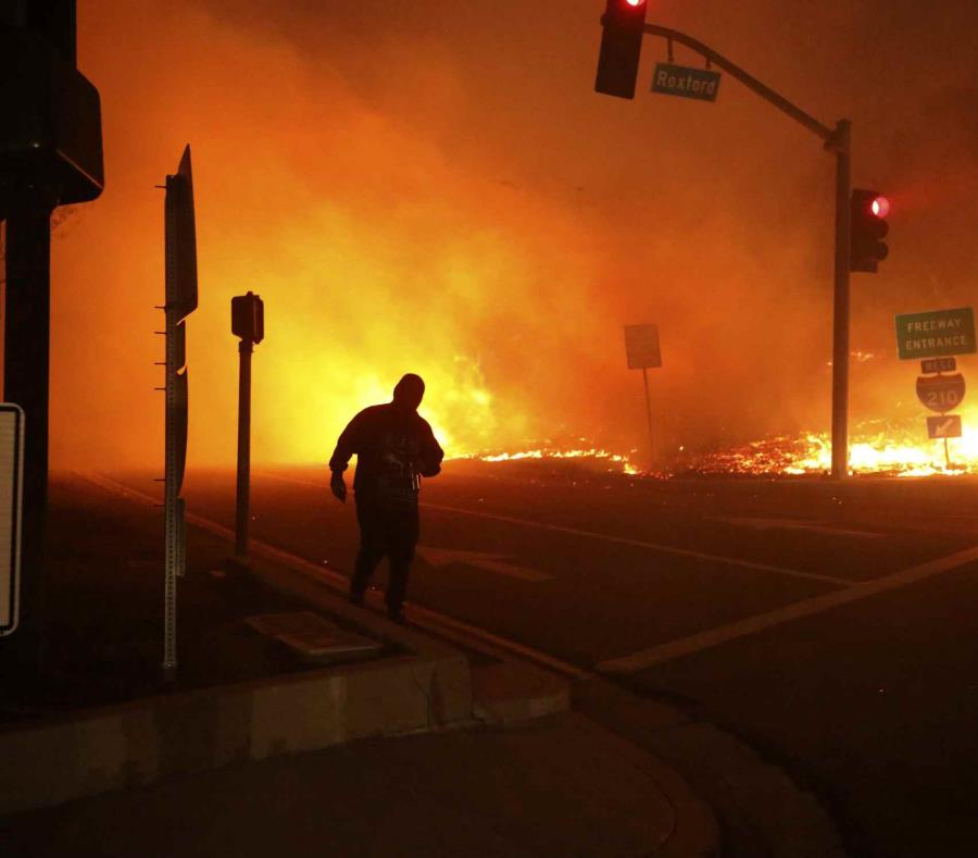 Una persona observa el incendio Saddleridge en Sylmar California