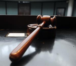 Causa para arresto contra un hombre que golpeó y agredió sexualmente a su pareja