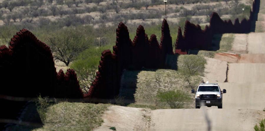 Agentes a bordo de un vehículo de la Patrulla Fronteriza recorren la frontera en Arizona (horizontal-x3)